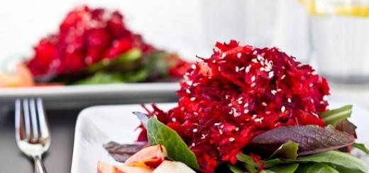 Salată din ţelină şi sfeclă roşie cu mere