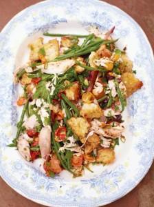 salata-pui-fript-crutoane-fasole-verde-rosii