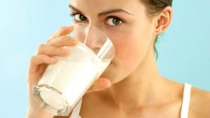 Femeie bând lapte